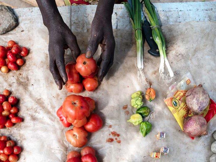 tuoreita vihanneksia torilla