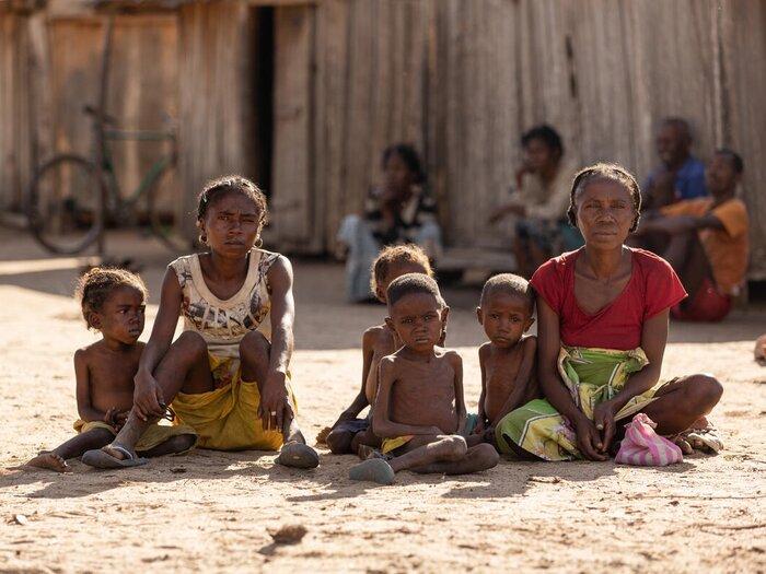 perhe istumassa
