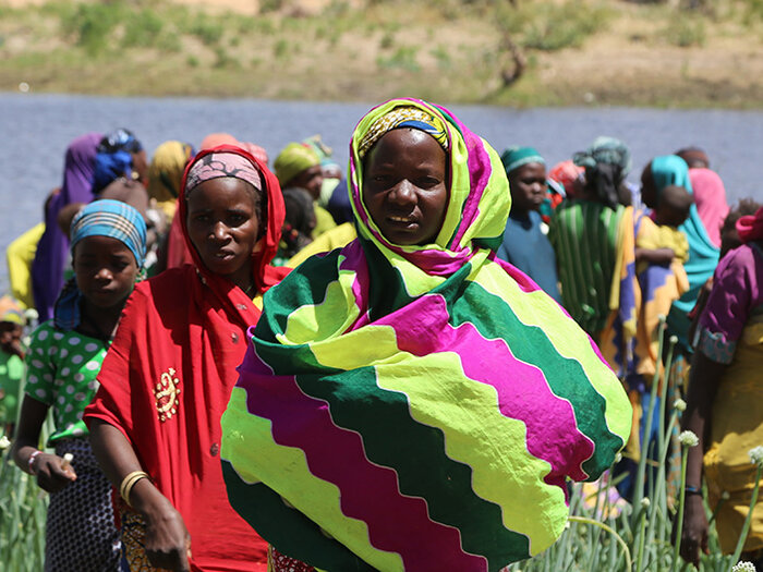 women by the river in Niger