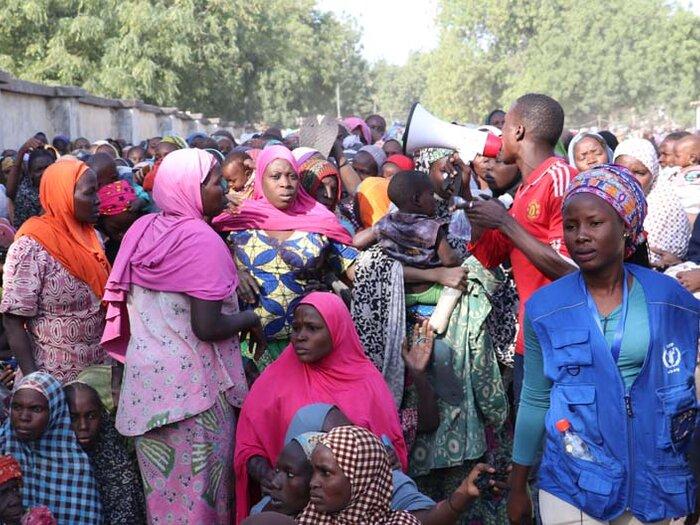 ihmisiä WFP:n jakelupisteellä