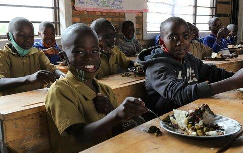 Kasvimaalta lautaselle: kouluruokailu tarjoaa lapsille uusia mahdollisuuksia Ruandassa